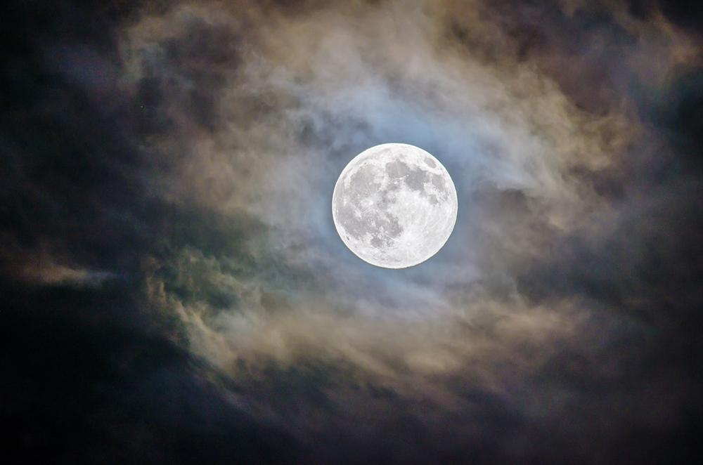 No imaginário popular se estabeleceu a imagem de que São Jorge moraria na lua
