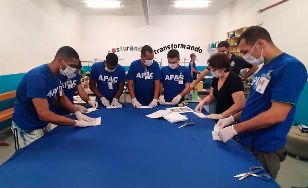 Recuperandos da Apac de Caratinga produzem máscaras  destinadas a profissionais de saúde para o combate à Covid-19