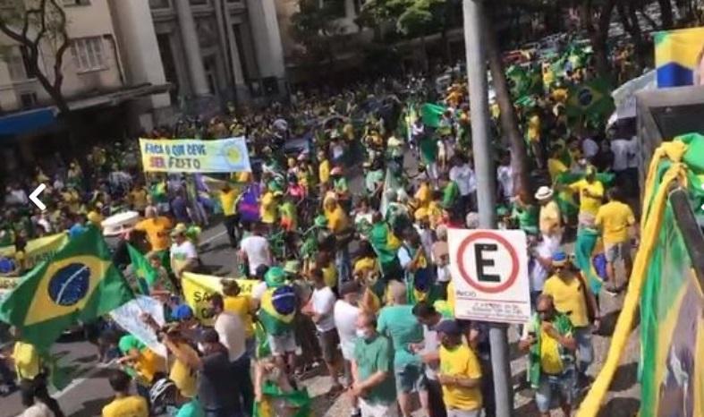 Os manifestantes carregam faixas com a frase: 'Intervenção militar com Bolsonaro no poder'