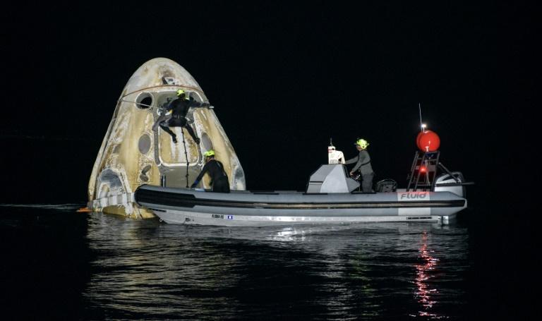 A cápsula Crew Dragon da SpaceX com quatro astronautas foi recuperada no Golfo do México