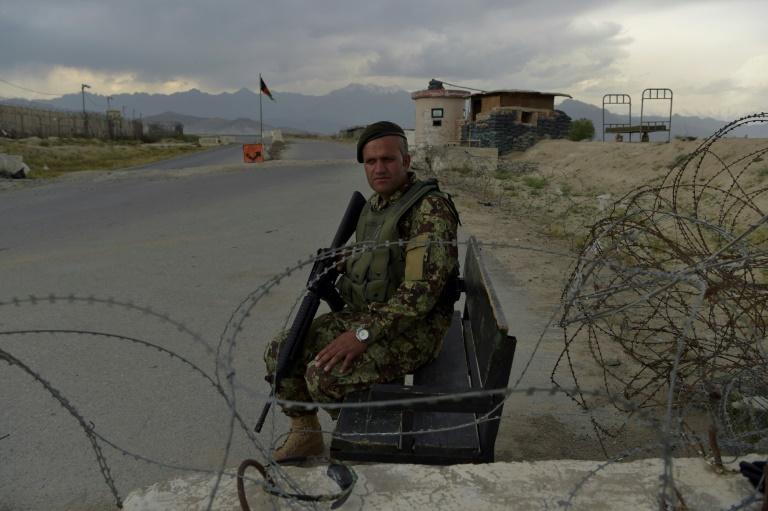 Soldado afegão em posto de controle perto da base militar americana de Bagram, 50 km ao norte de Cabul, em 29 de abril de 2021