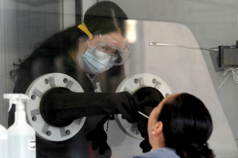 Profissional de saúde coleta amostra para exame PCR de detecção da Covid-19 em Guadalajara, estado de Jalisco, México