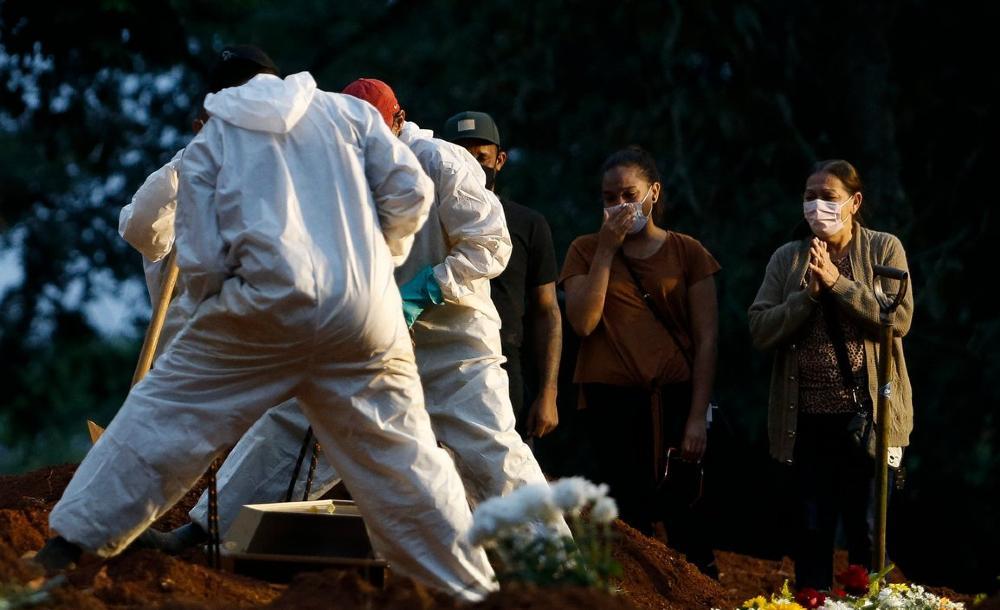 Enterro vítima da Covid-19 no cemitério Vila Formosa, em São Paulo