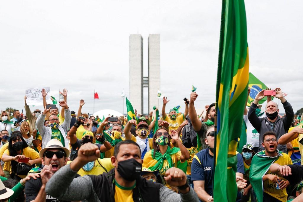 No sábado (1º), centenas de apoiadores de Bolsonaro se manifestaram a favor do governo