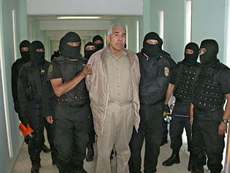 (Arquivo) Polícia com o narcotraficante Rafael Caro Quintero sob custódia após uma operação na prisão de 'Puente Grande', em Guadalajara, Jalisco, México, em 29 de janeiro de 2005