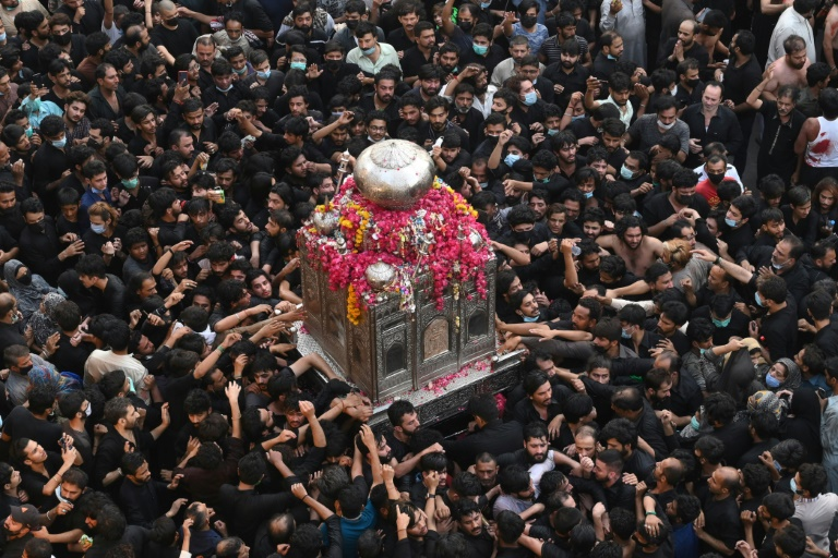 Milhares de muçulmanos xiitas em procissão religiosa em Lahore, no leste do Paquistão, em 4 de maio de 2021