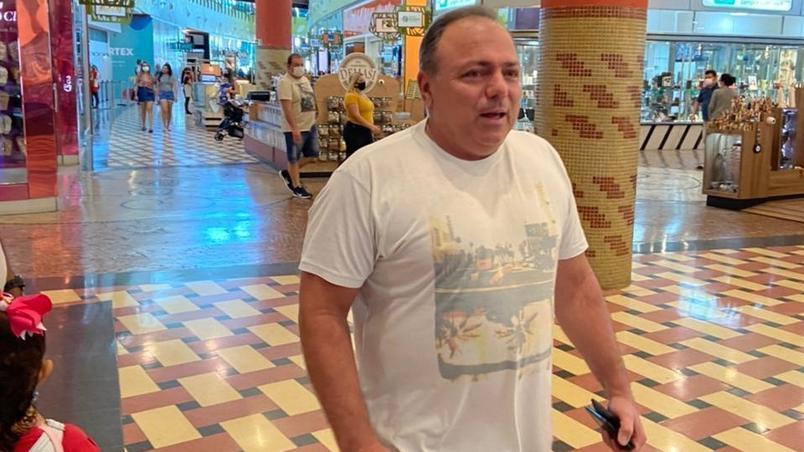 Pazuello é flagrado sem máscara em shopping de Manaus