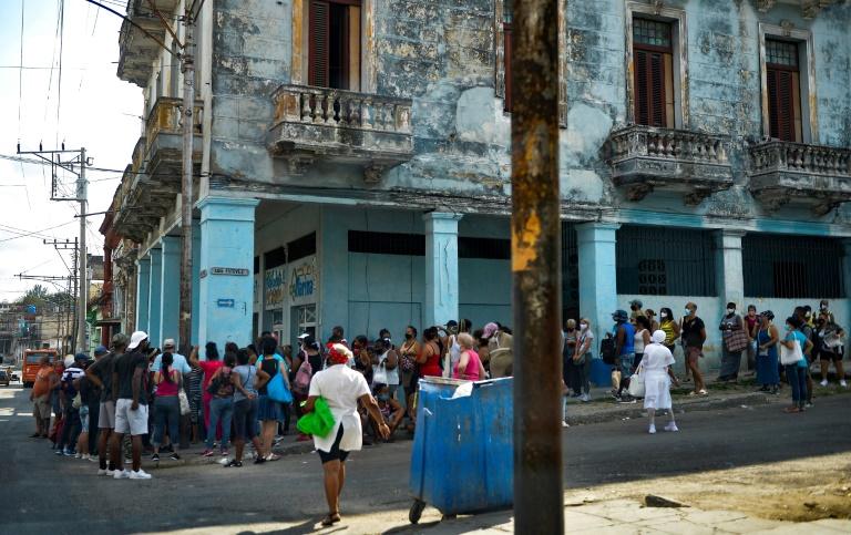 Cubanos fazem fila para comprar comida em Havana