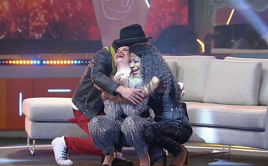Juliette, Fiuk e Camilla de Lucas se abraçam após o resultado final
