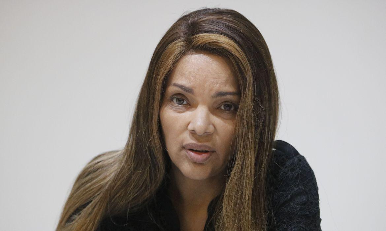 Em razão da imunidade parlamentar, a deputada, que só pode ser presa em flagrante por crime inafiançável, cumpre medidas cautelares, monitorada por tornozeleira eletrônica