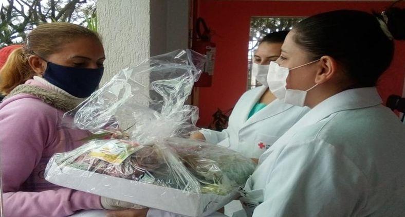 Em defesa do SUS, mulheres do MST entregam cestas de alimentos a 165 profissionais de Saúde do Hospital Cruz Vermelha, de Castro (PR) em 8 de março (Valmir Fernandes)