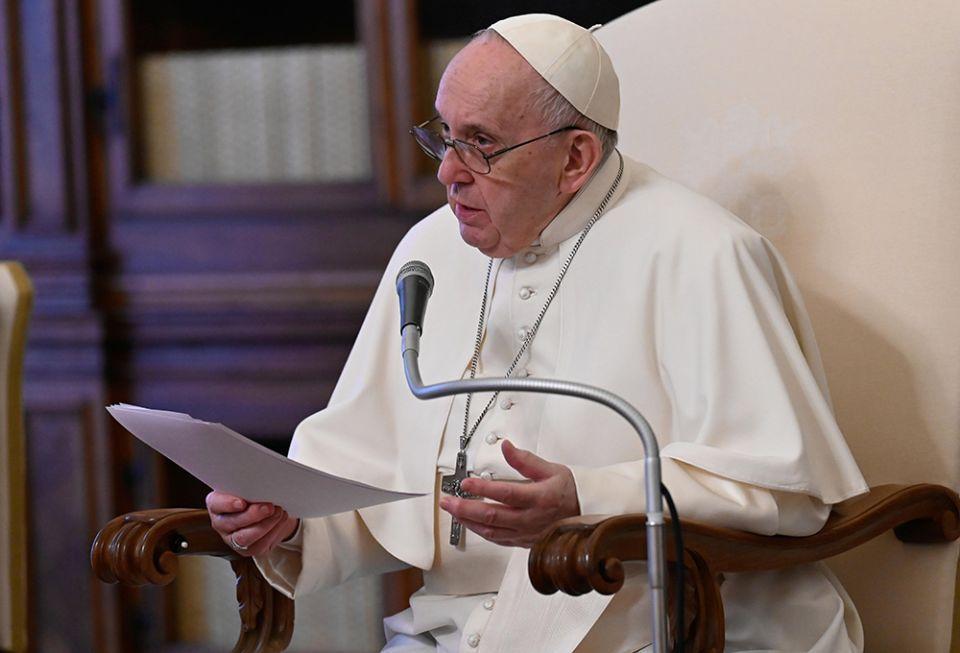 Papa Francisco conduz audiência geral na biblioteca do Palácio Apostólico no Vaticano em 28 de abril