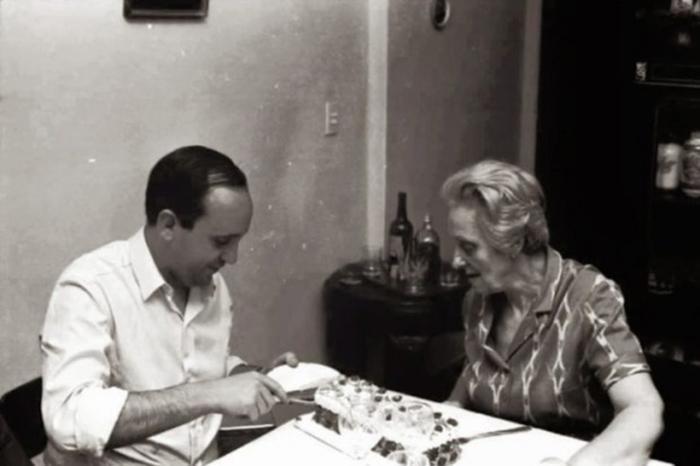 O então padre Jorge Bergoglio e sua avó Rosa Vassallo
