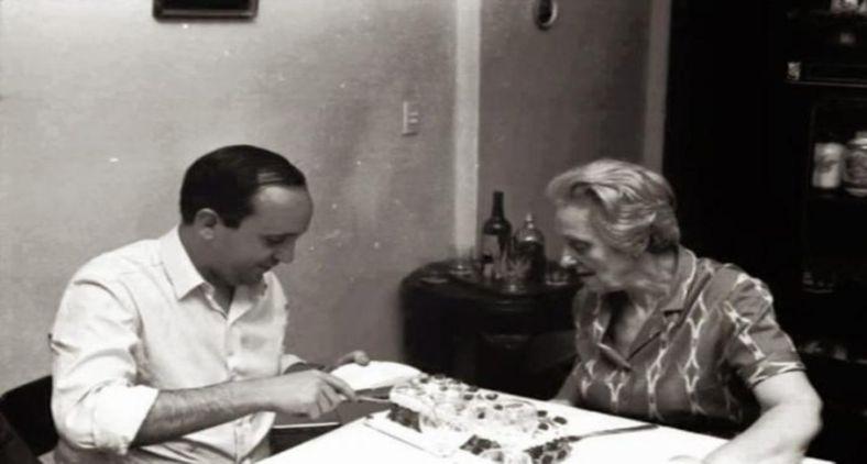 O então padre Jorge Bergoglio e sua avó Rosa Vassallo (Arquivo pessoal)