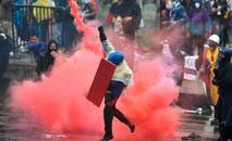 Manifestantes enfrentam tropas de choque durante protesto contra o governo do presidente Ivan Duque, em Bogotá (Juan Barreto/AFP)