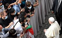 Audiência no Pátio São Dâmaso em 2 de setembro de 2020, quando os encontros retomaram presença de fiéis (Vatican News)