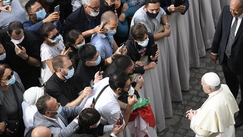 Audiência no Pátio São Dâmaso em 2 de setembro de 2020, quando os encontros retomaram presença de fiéis