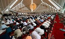 Fiéis na Mesquita Grand Faisal em Islamabad, Paquistão, em 7 de maio de 2021 (Aamir Qureshi/AFP)