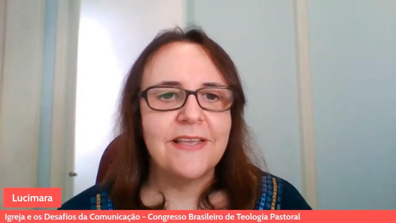 Professora Lucimara Trevisan mediou o painel 'Igreja e os desafios da comunicação', que contou com a presença de dom Joaquim Mol e padre Luís Miguel Modino