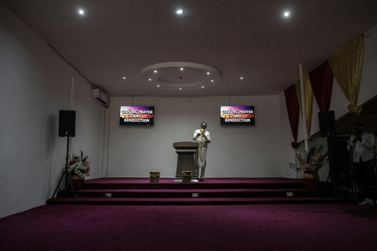 Um padre se dirige a seus fiéis pela Internet, em Adenta, Gana, em 18 de abril de 2021