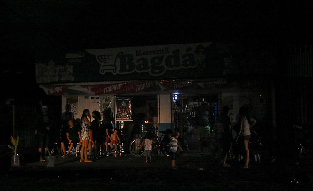 Pessoas em mercearia de Macapá, durante o apagão, em novembro