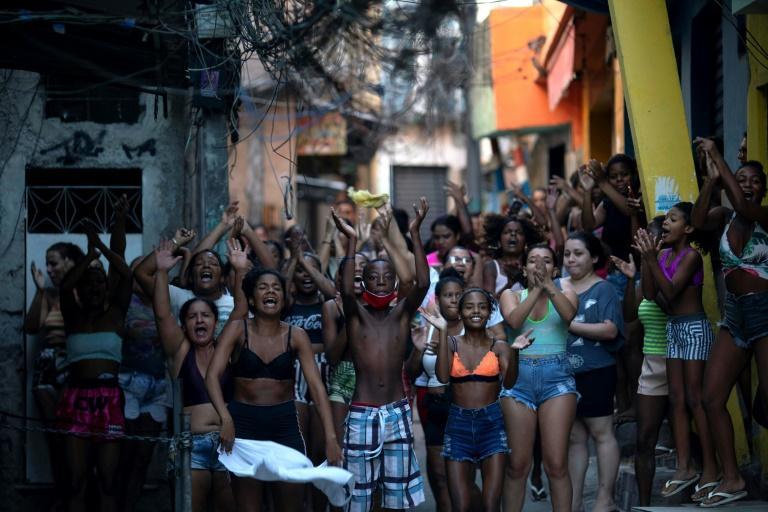 Moradores protestam após operação policial contra supostos traficantes de drogas na favela do Jacarezinho, no Rio de Janeiro