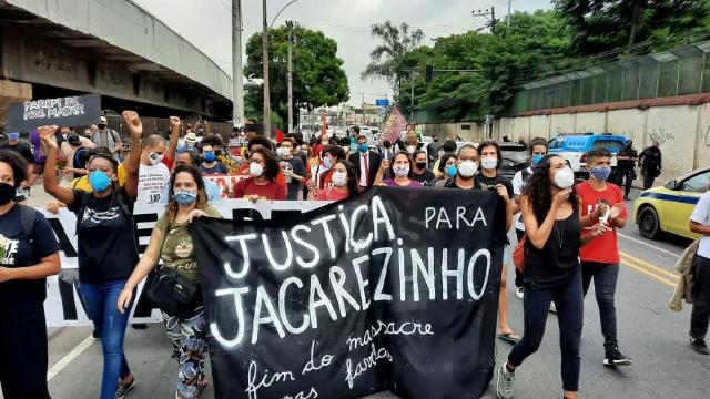 Moradores protestam contra ação policial que matou dezenas em favela do Rio