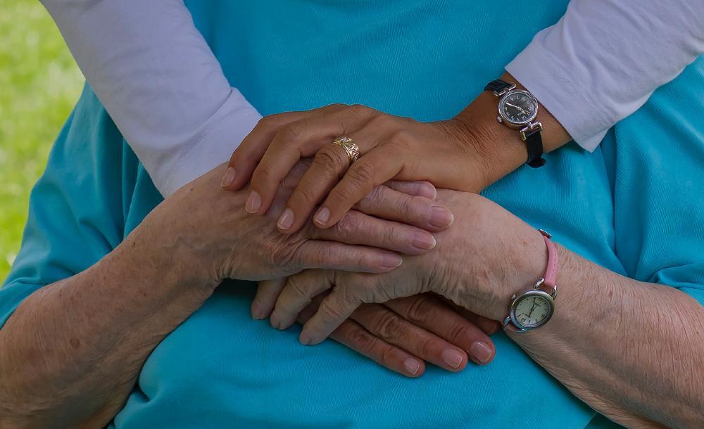 Mães idosas relatam a falta sentida do carinho físico em meio à pandemia