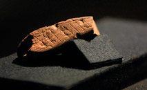Peça com a gravura mais antiga atribuída ao 'Homo sapiens', datada de 73 mil anos atrás, com um padrão geométrico (Anna Zieminski/AFP)