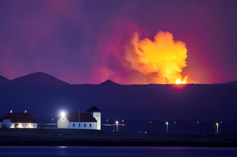 Erupção registrada em 5 de maio de 2021 no Vale Geldingadalir, perto do Monte Fagradalsfjall, Islândia