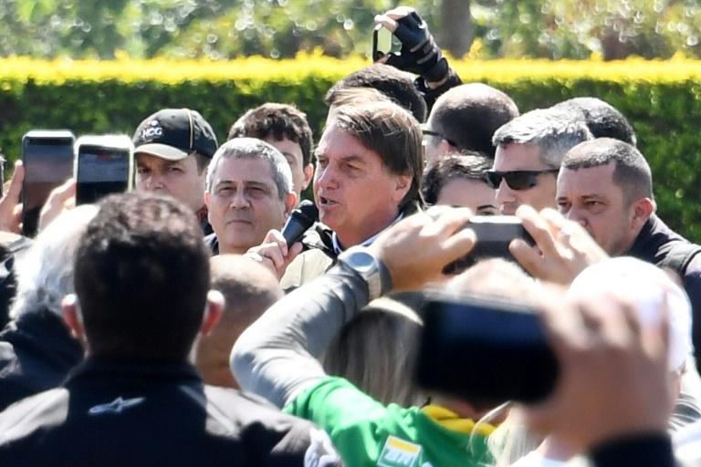 O presidente Jair Bolsonaro cumprimenta apoiadores em Brasília em 9 de maio de 2021