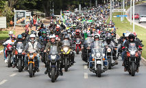 O presidente Jair Bolsonaro cumprimenta apoiadores em Brasília em 9 de maio de 2021 (Evaristo Sá/AFP)