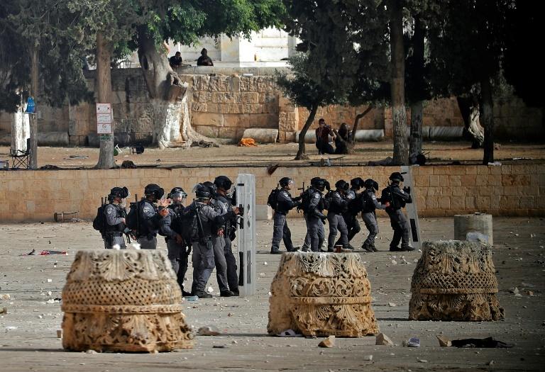Confrontos entre palestinos e policiais israelenses na Esplanada das Mesquitas em Jerusalém