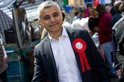 O prefeito de Londres, Sadiq Khan, em um mercado da capital britânica, às vésperas de ser eleito para o cargo (Justin Tallis/AFP)