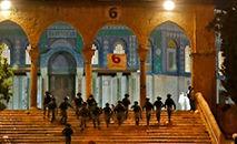Envio de forças de segurança israelenses à Esplanada das Mesquitas de Jerusalém, 7 de maio de 2021 (Ahmad GHARABLI/AFP)