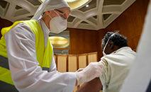 Vacinação na Sala Paulo VI (Vatican News)