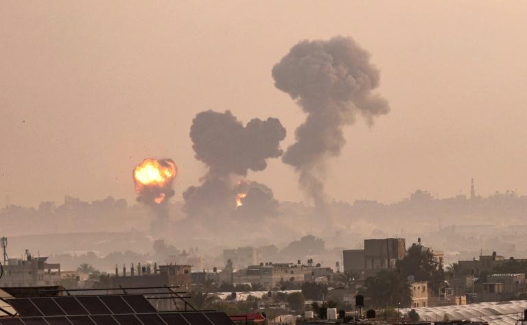 Incêndio provocado por ataques aéreos israelenses em Khan Yunis, sul da Faixa de Gaza, em 11 de maio de 2021