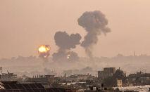 Incêndio provocado por ataques aéreos israelenses em Khan Yunis, sul da Faixa de Gaza, em 11 de maio de 2021 (Said Khatib/AFP)