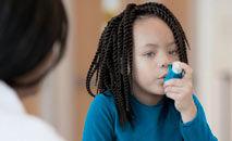 A asma não tem cura, mas pode ser controlada por meio de exercícios e medicamentos (FatCamera/Getty Images)