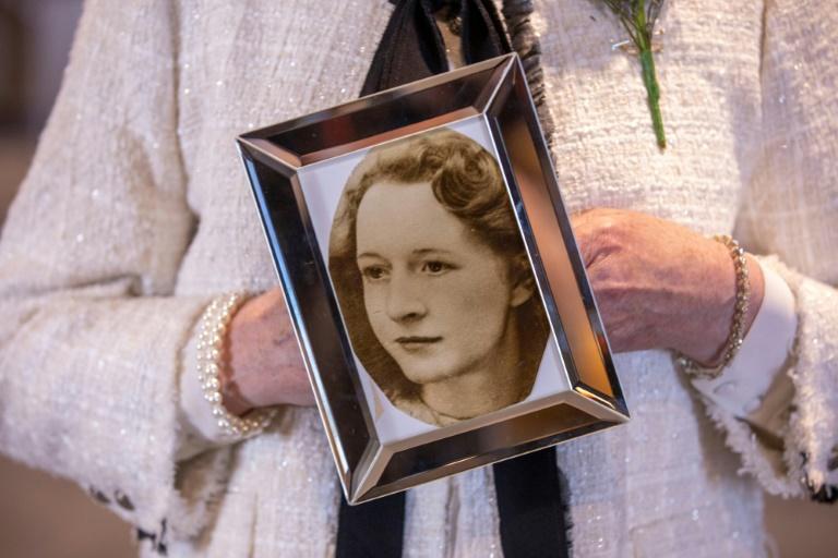 Philomena Morrison e sua irmã Joan Connolly seguram uma foto de sua mãe, também Joan Connolly, vítima dos tiroteios em Ballymurphy