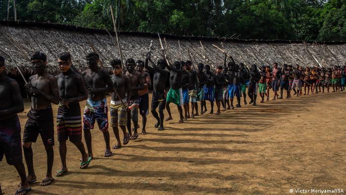 Yanomamis realizam ritual no centro da aldeia em suas terras no extremo norte do Brasil