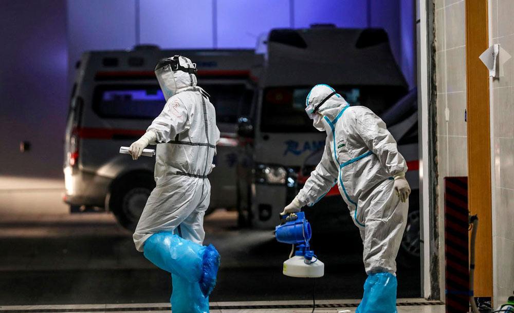 Agentes de saúde esterilizam área hospitalar na China