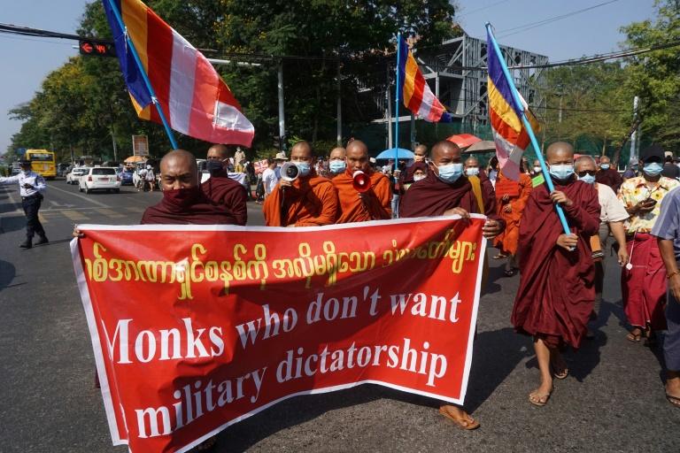 Monges budistas durante protesto contra o golpe militar em Yangon, Mianmar, em 24 de fevereiro de 2021