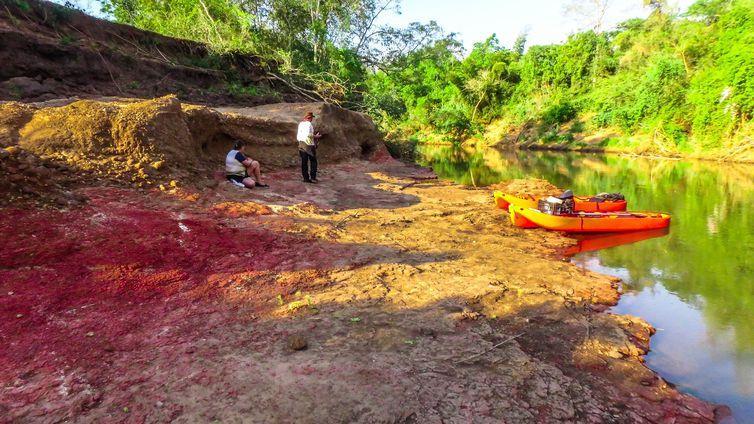 Pegadas estão nas margens do Rio Nioaque