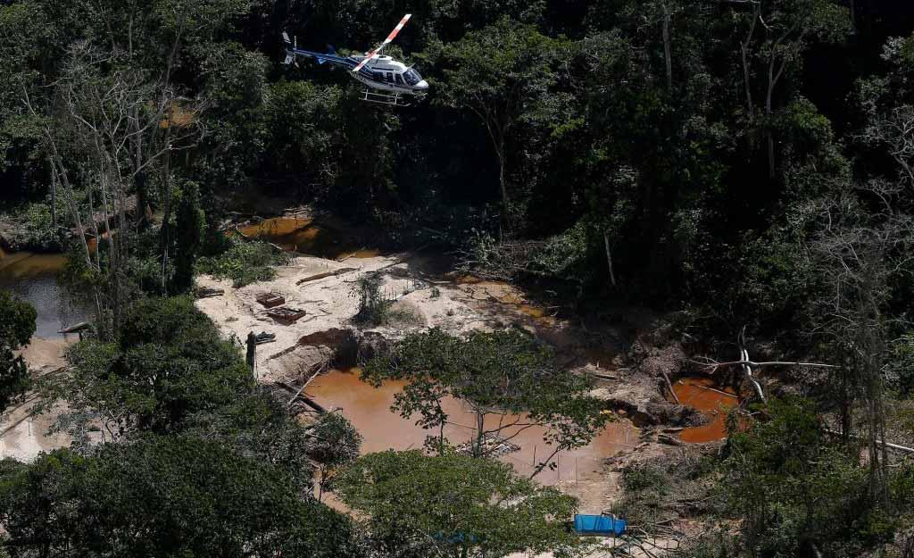Helicóptero sobrevoa garimpo ilegal em terras yanomami: 26 mil invasores