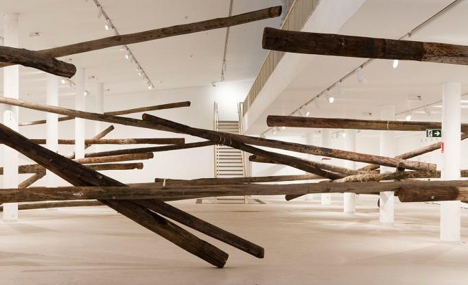 'Sala de espera', trabalho de 2011, cria obstáculos entre o espectador e o espaço
