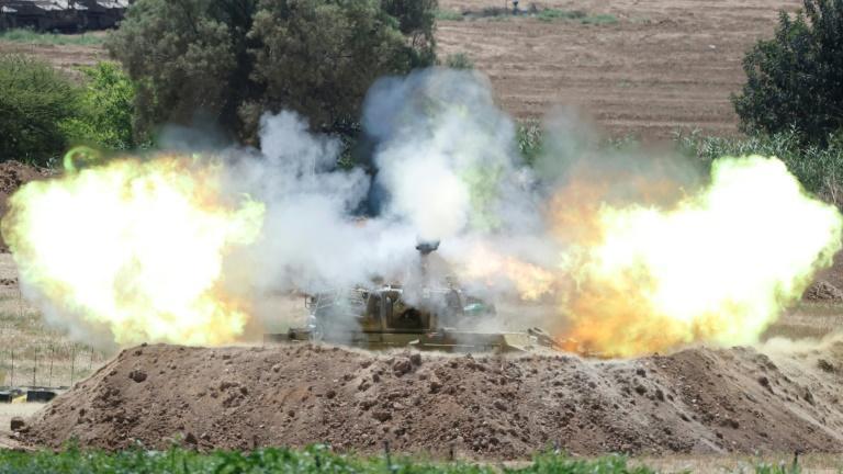 Soldados israelenses atiram em direção a Gaza, em 16 de maio de 2021