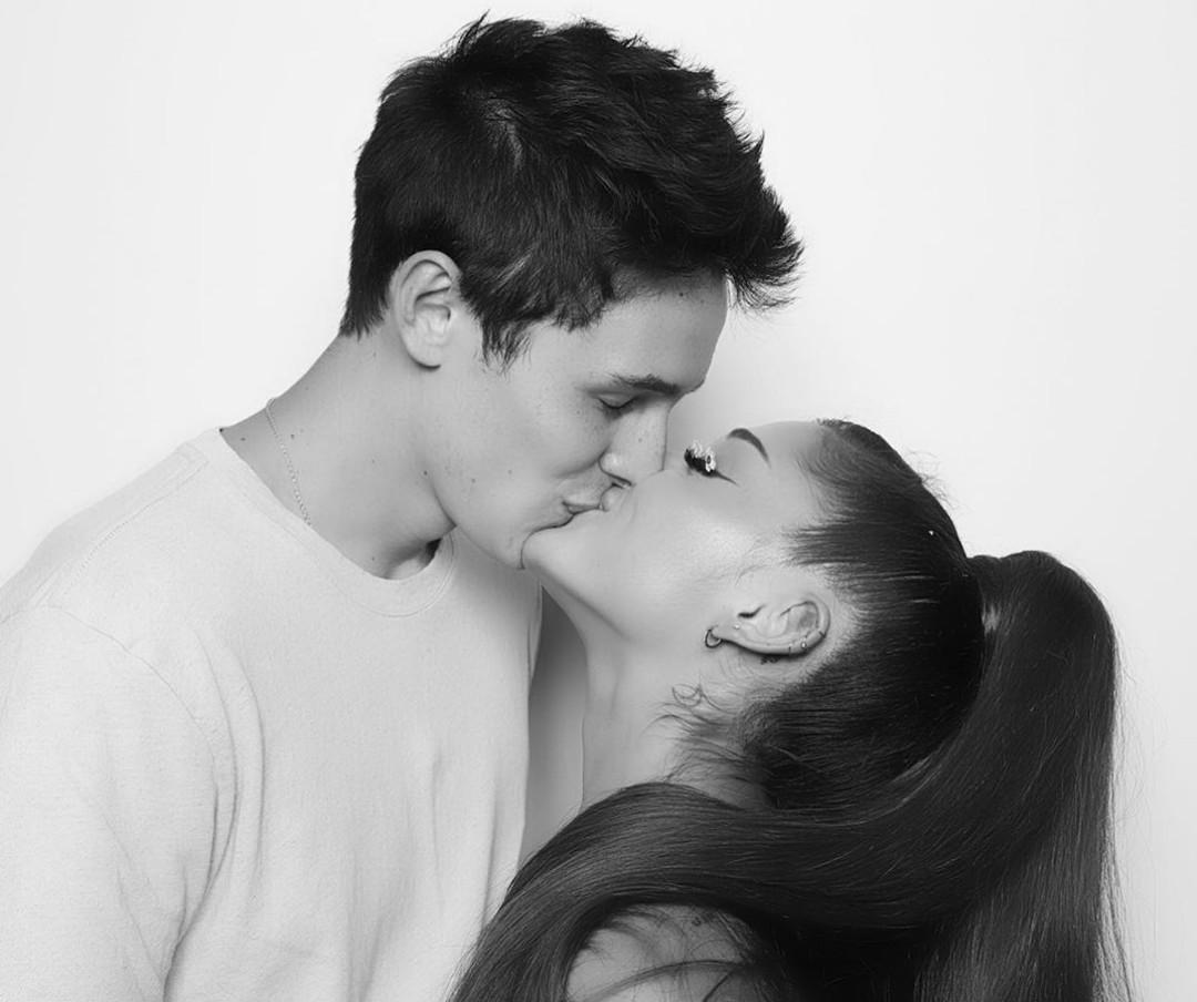 O casal foi visto pela primeira vez em público no videoclipe de 'Stuck with U'