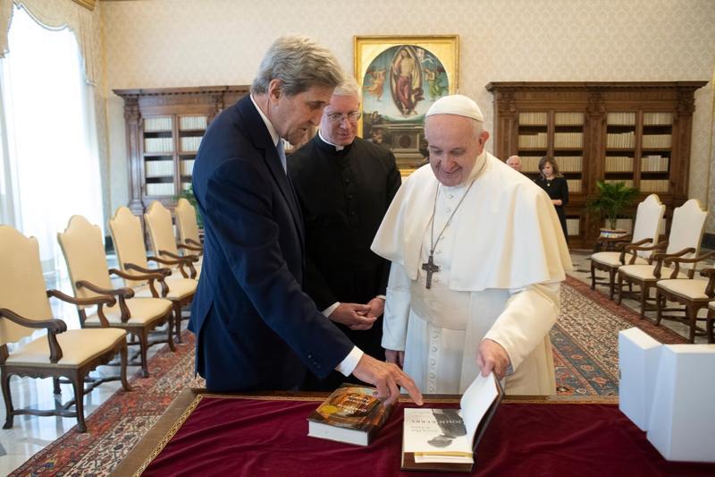 Papa Francisco troca presentes com John Kerry, enviado presidencial especial dos EUA para o clima, no Vaticano