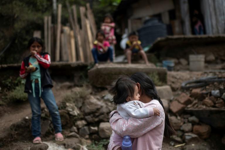 Cristina Moreno, de 18 anos, carrega sua bebê, na aldeia de Juvinani, no estado mexicano de Guerrero